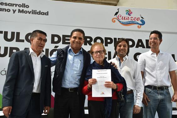 Entrega Gobernador títulos de propiedad a familias de Cuitzeo