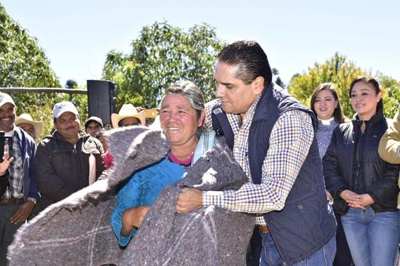 Entrega Gobernador apoyos inmediatos a familias afectadas por tormenta invernal