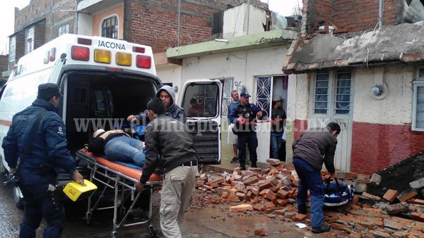 Mujer se cae con todo y barda desde la azotea de su hogar en Jacona