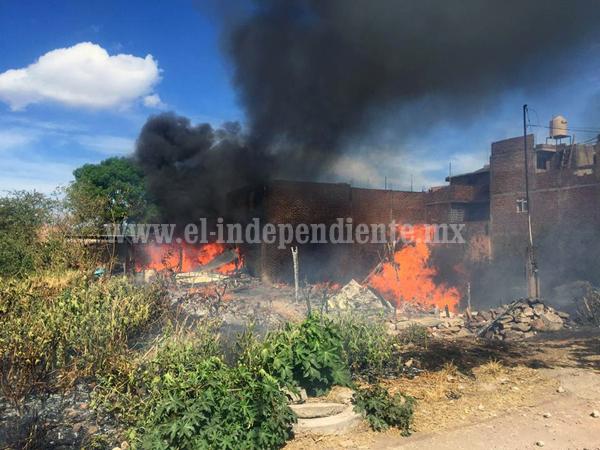 Arden dos hogares de la colonia San Ramón en Zamora