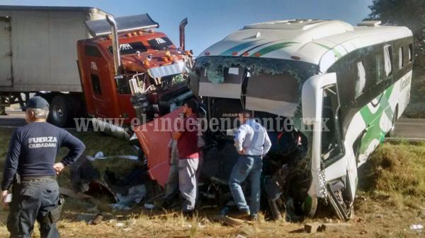 Carambola entre camioneta, autobús y tráiler deja un muerto y 13 heridos