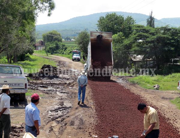 Rehabilitan los caminos saca cosechas de los cuatro ejidos del municipio
