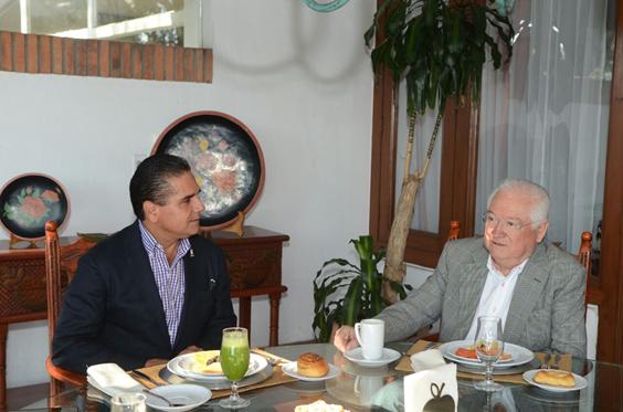 Intercambia Silvano Aureoles experiencias con ex gobernador michoacano