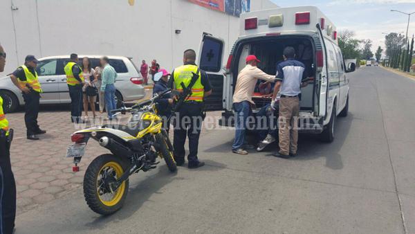 Matrimonio impacta contra una camioneta y resulta lesionado