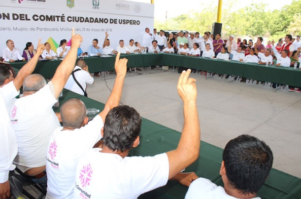 Silvano Aureoles toma protesta a integrantes del ComitéCiudadano de Úspero