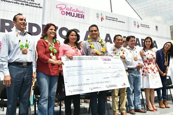 Entrega Silvano Aureoles Créditos a la Palabra a 166 mujeres de Acuitzio