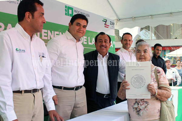 Dan garantía a más de 400 campesinos con entrega de certificados parcelarios