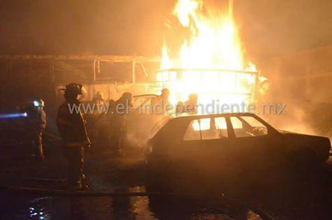 """Arde taller mecánico y pensión cerca de la plaza de toros """"La Monumental"""""""