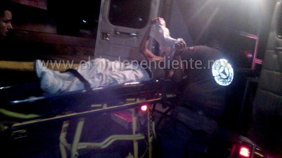 Auto embiste motocicleta en la que iba un padre y sus 3 hijos, quedan heridos