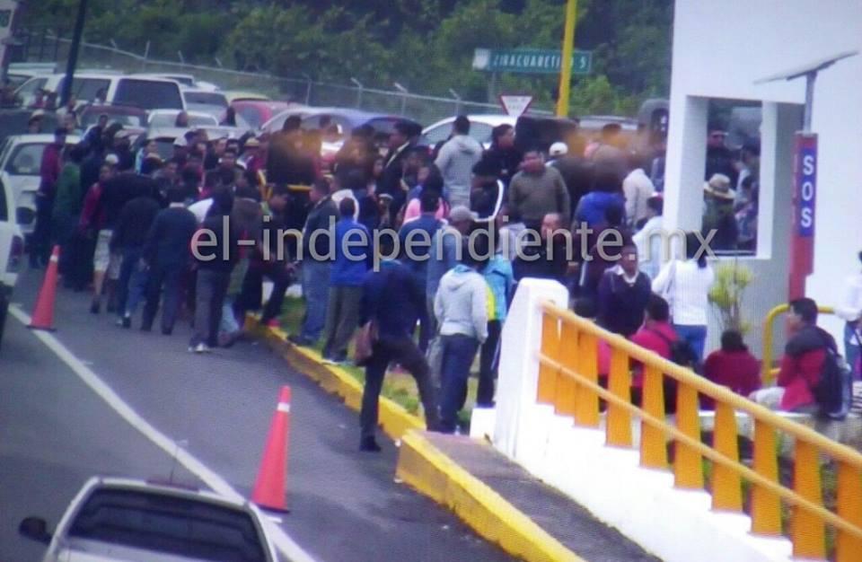 CNTE recuerda a maestros muertos en accidente vial al tomar la caseta donde ocurrió la tragedia