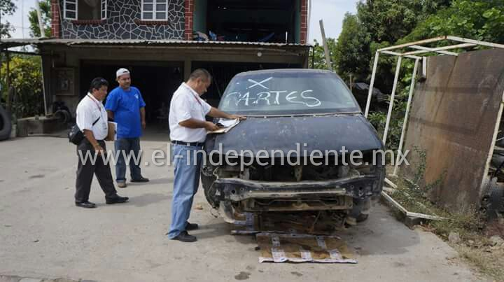 Ayuntamiento inició operativo en La Mira para retirar autos chatarra.