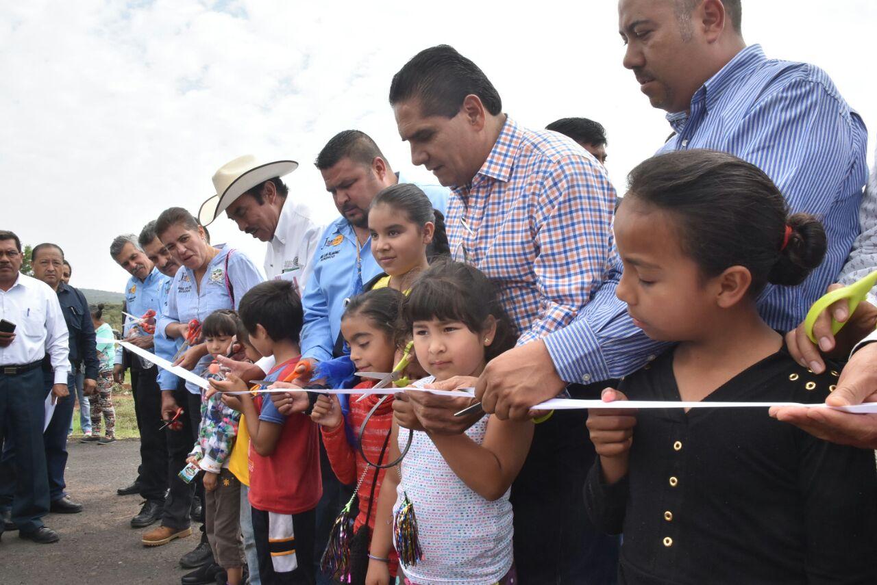 Fundamental mejorar la comunicación y servicios básicos en comunidades: Silvano Aureoles.