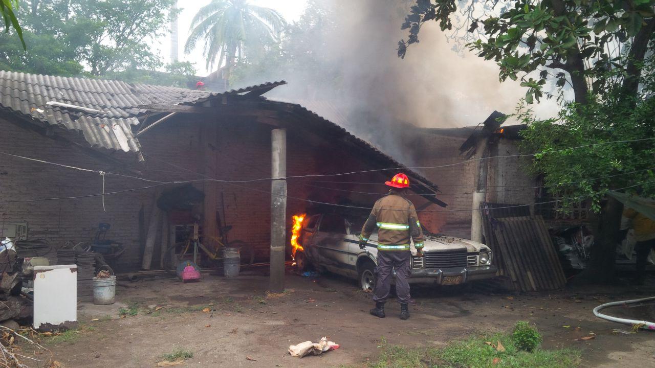 Incendio ocasionado por un corto circuito redujo a cenizas una vivienda y un vehículo *No hubo víctimas humanas que lamentar