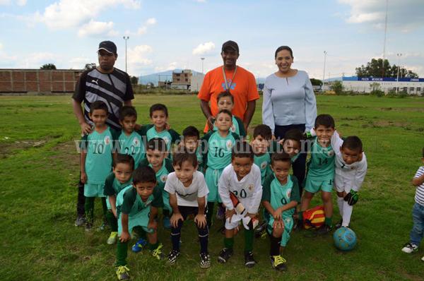 Entregó diputada Adriana Campos apoyo a selección Estatal de futbol