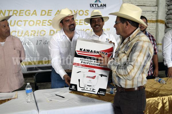 Ángel Macías entregó apoyos a productores del sector agropecuario