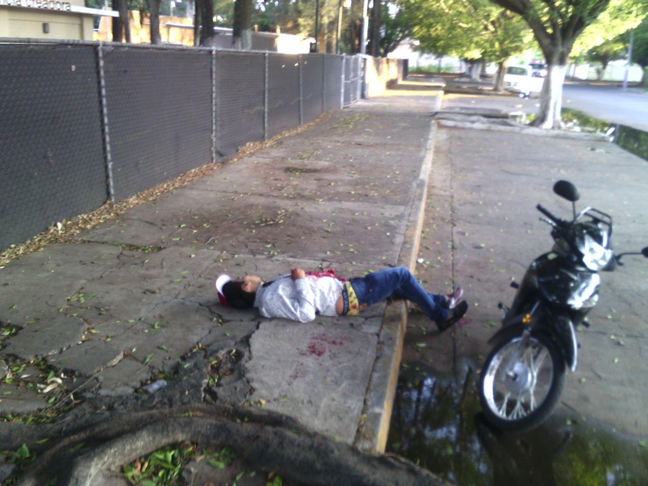 Joven es atacado a balazos cuando conducía su camioneta en Zamora