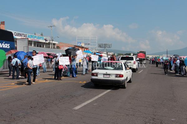 Docentes dificultaron acceso y salida de vehículos en La Rinconada