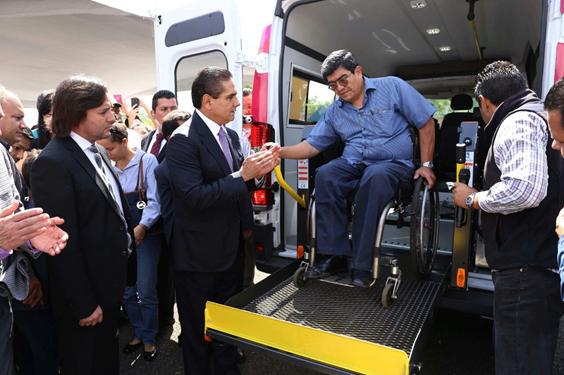 Entrega Gobernador vehículos para el transporte de personas con discapacidad