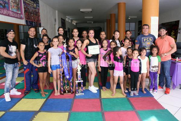 Bienvenida triunfal a Karina Álvarez