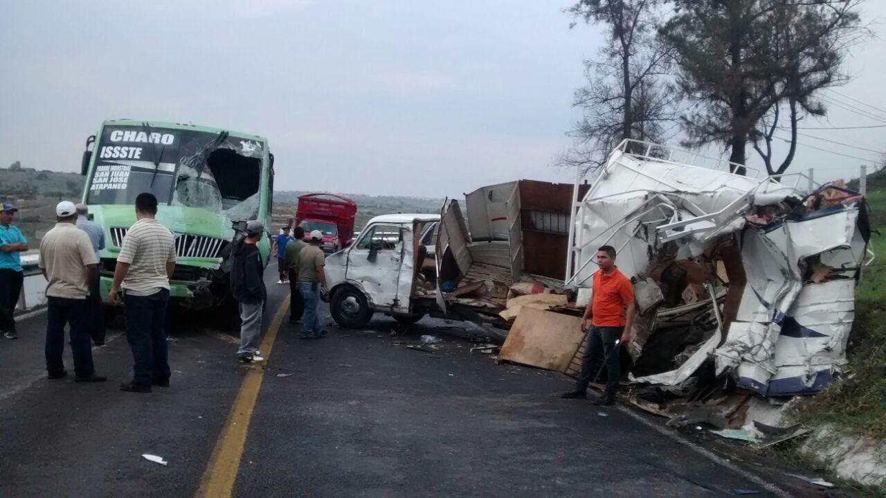 Camión de pasajeros de la Ruta Charo-ISSSTE protagoniza un choque contra una camioneta