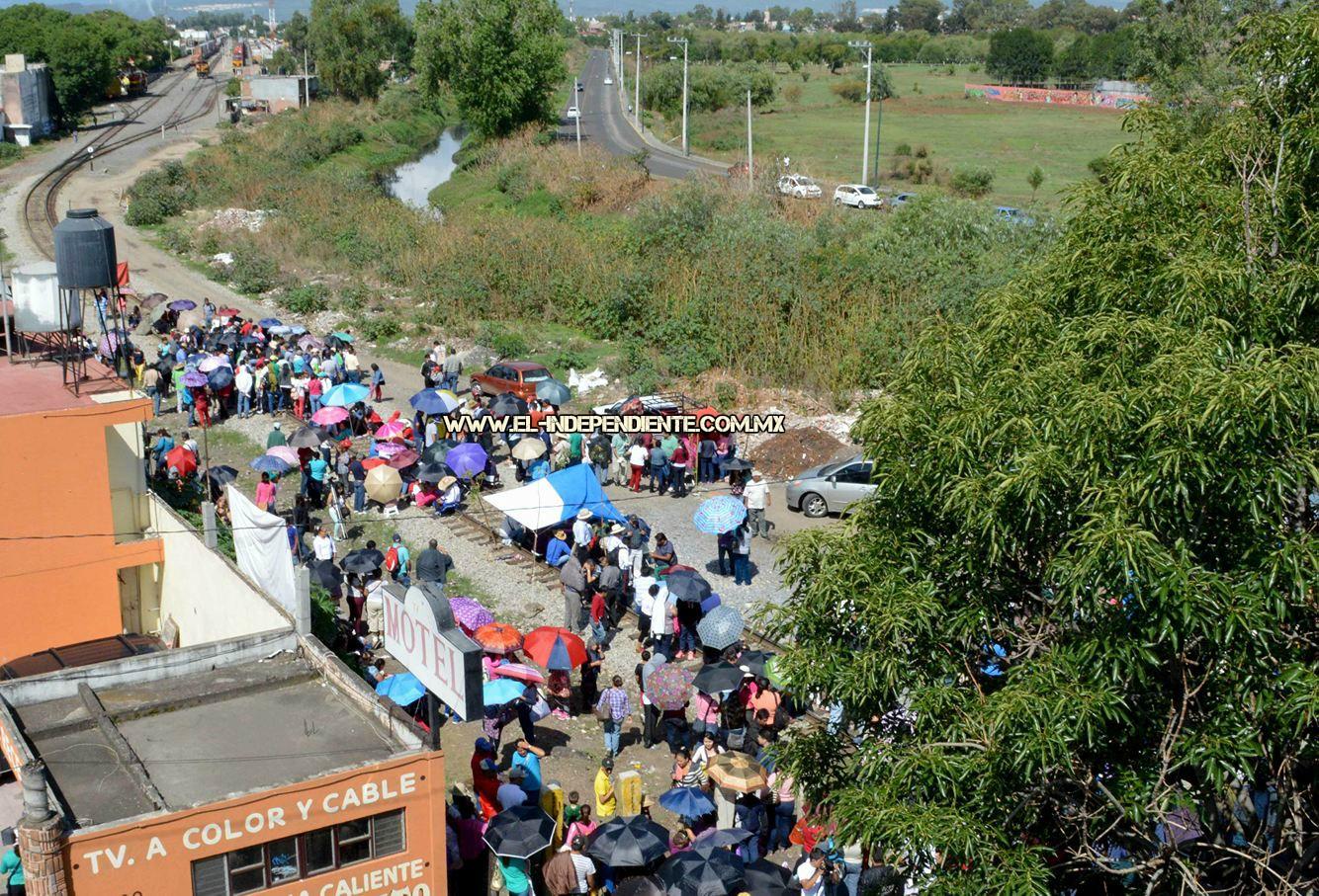 Centistas toman las vías del ferrocarril en Morelia y en LC; en la capital los desalojan