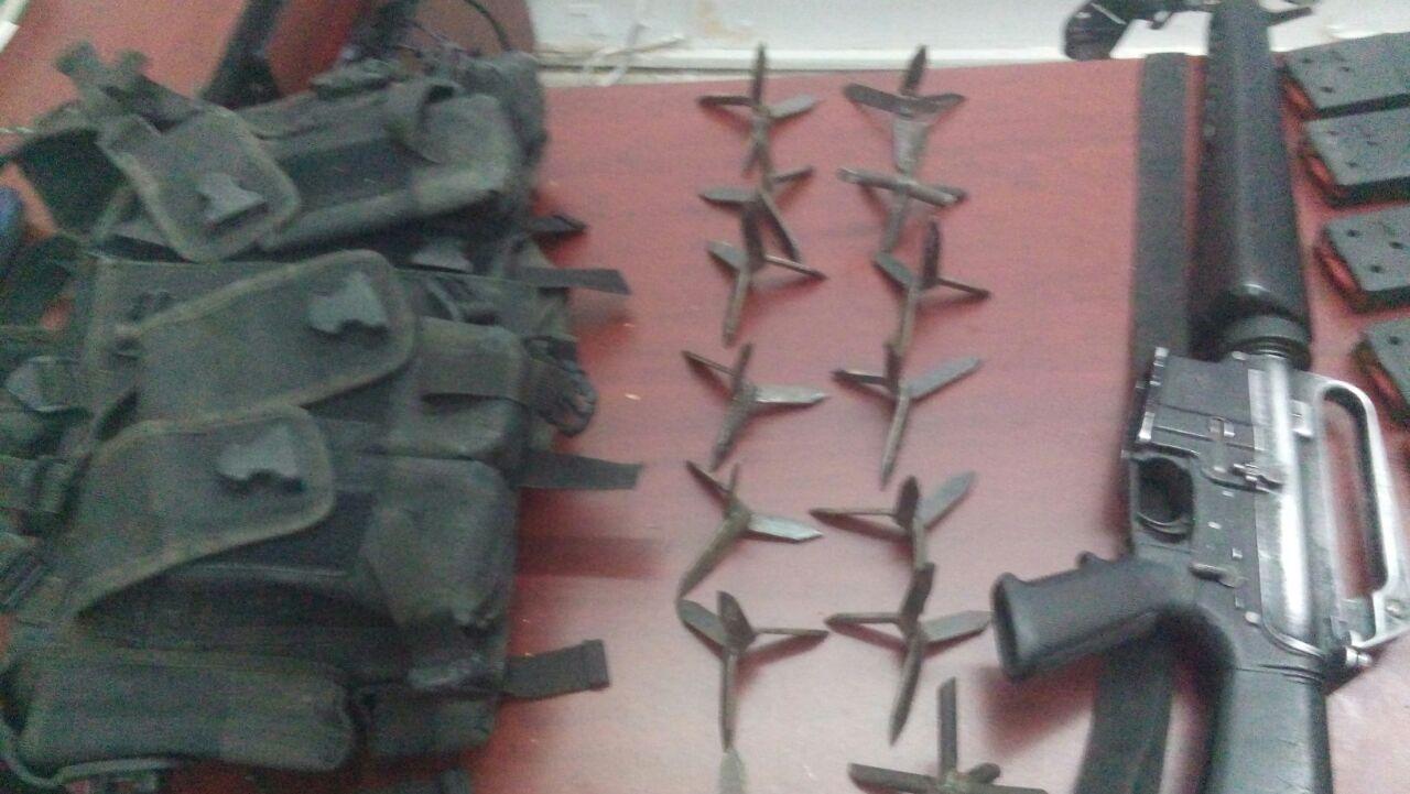 En operativo coordinado PGJE, SEDENA y Policía Michoacán detienen a dos con armas y equipo táctico en Parácuaro .