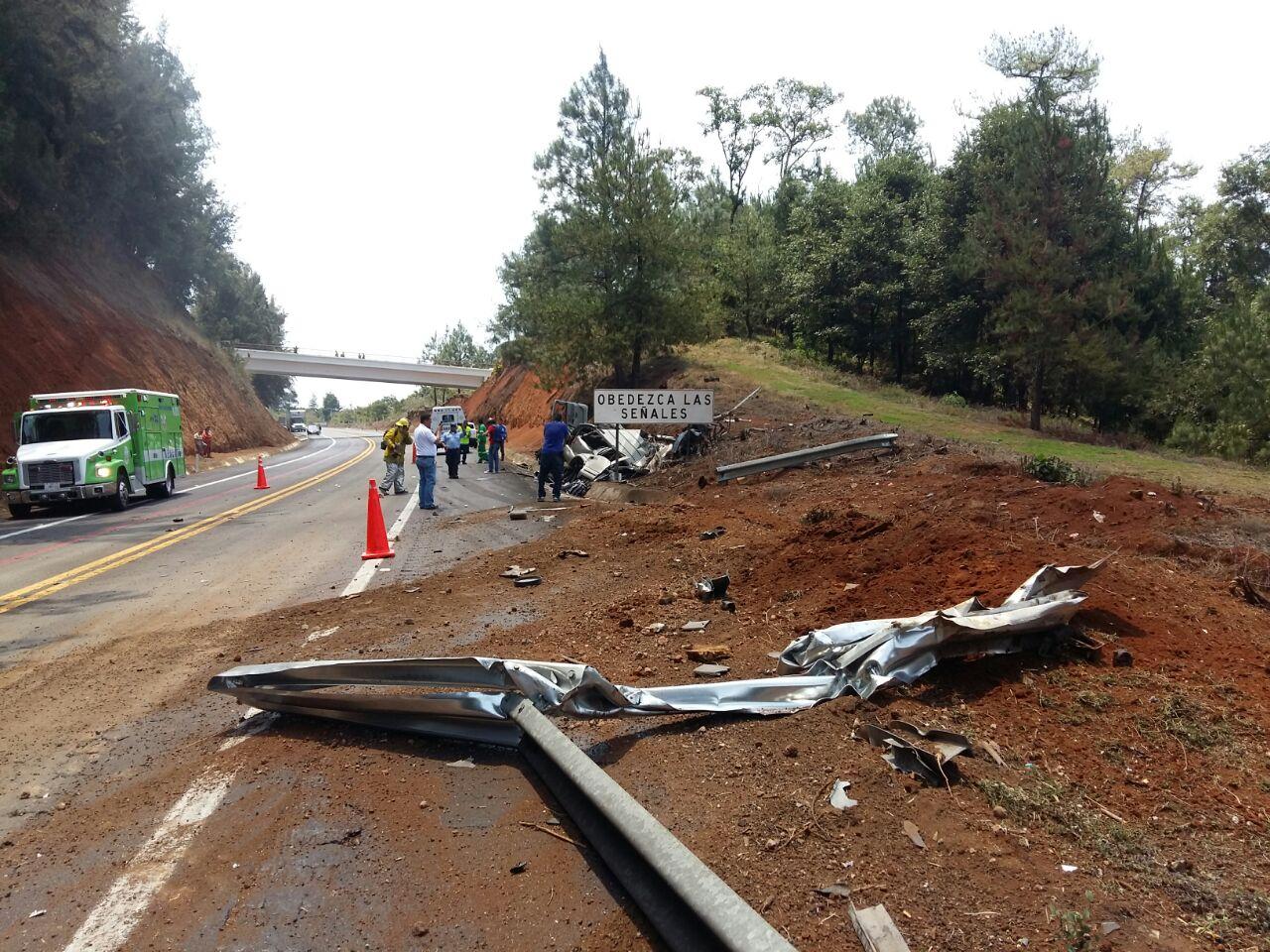 Choque de pipa y una camioneta deja cinco muertos y un lesionado