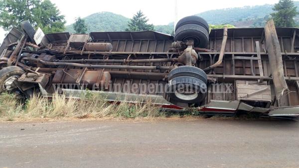 Un muerto y 6 lesionados al volcar camión en Tangancícuaro