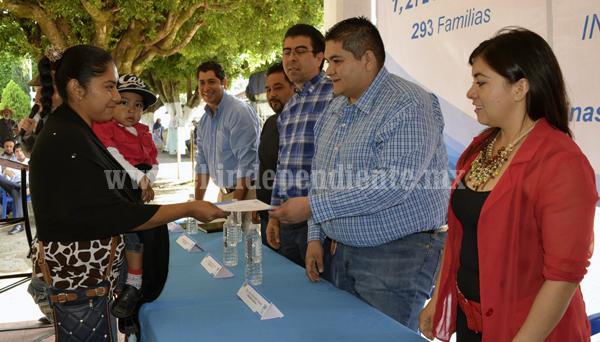 Ayuntamiento de Tangancícuaro entregó láminas a familias de escasos recursos