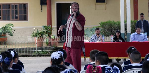 Tangancícuaro se llenó de poetas que compartieron su talento con estudiantes
