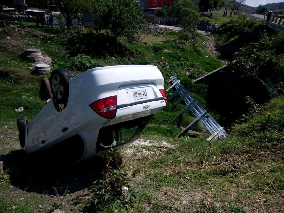 Vuelca auto de la CFE, hay sólo daños materiales