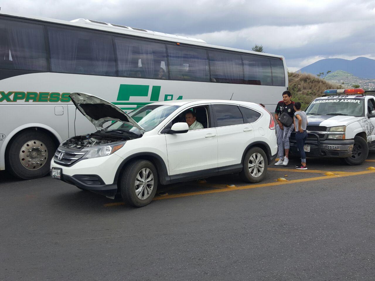 Chocan motocicleta y camioneta en el Libramiento norte de Zamora