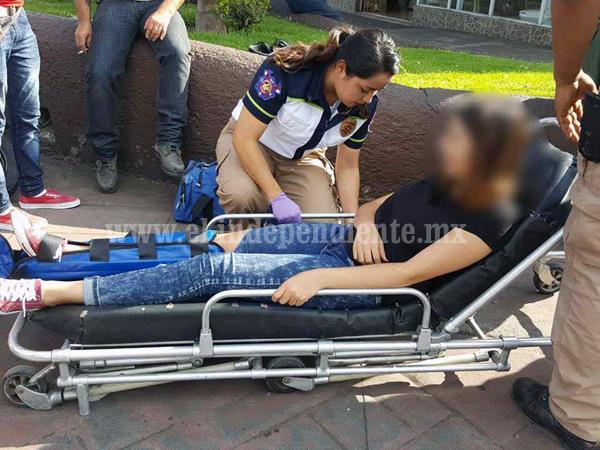 Choque de moto y camioneta deja una joven lesionada