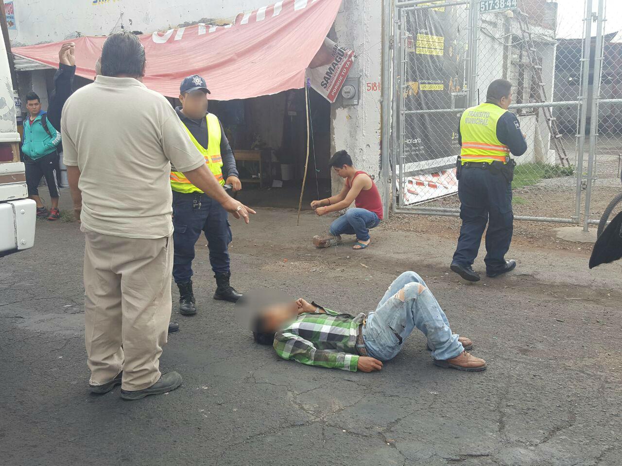 Ciclista se impacta contra el costado de un camión pasajero en Zamora