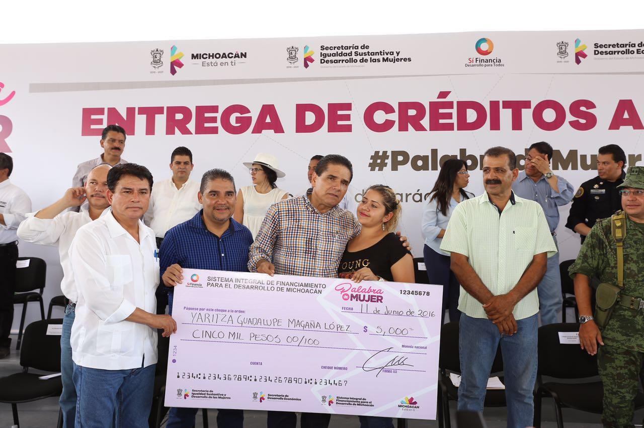 Entrega Gobernador casi medio millón de pesos en créditos para mujeres de Tierra Caliente