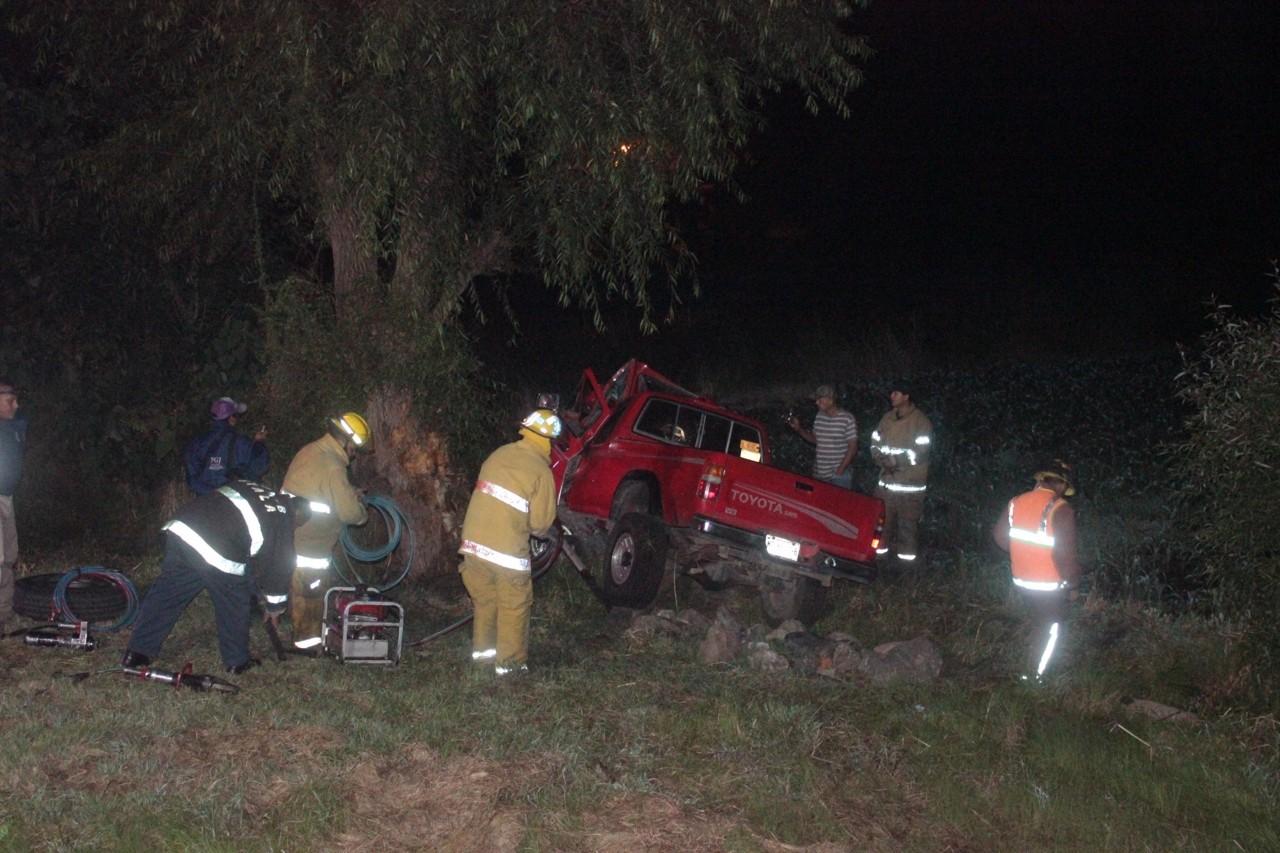 Camioneta se estrella contra un árbol, hay dos muertos