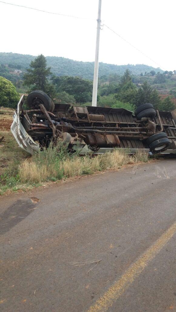 Vuelca camión en Tangancícuaro; hay 7 lesionados entre ellos varios menores de edad