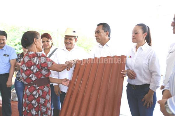 Lleva Gobierno apoyo inmediato a familias afectadas por tromba en Carácuaro