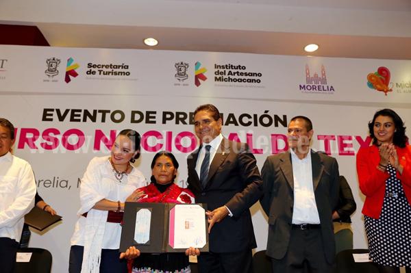 Premia Silvano Aureoles a ganadores del 4º Concurso Nacional de Textiles