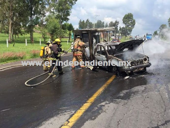 Normalistas incendian 3 vehículos de diferentes empresas, en Zacapu