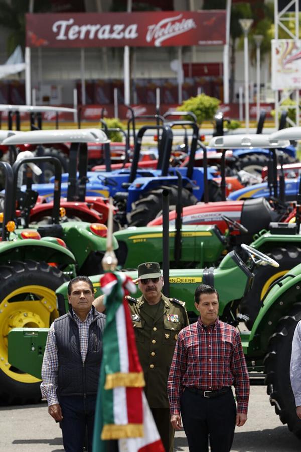 Entregan Enrique Peña Nieto y Silvano Aureoles 600 tractores a campesinos michoacanos