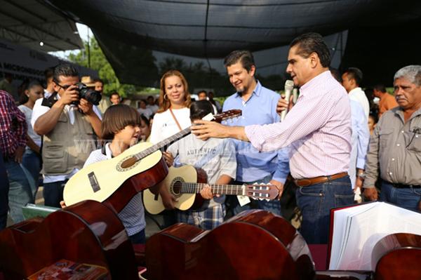 Se cumplen compromisos en Cenobio Moreno, municipio de Apatzingán: Silvano Aureoles