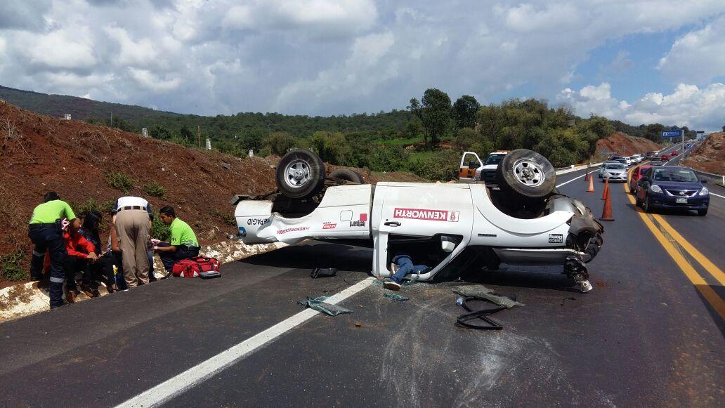 Vuelca camioneta de la empresa Kenworth, hay tres lesionados