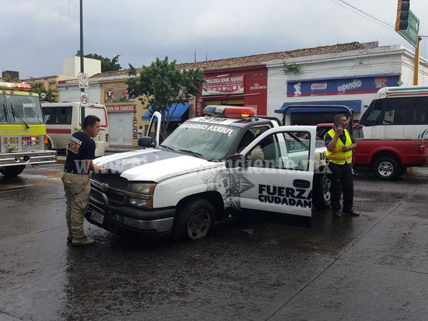 Dos oficiales de tránsito lesionados tras choque de patrulla y auto en el centro de Zamora