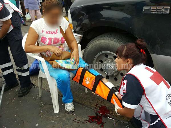 Joven mujer herida al ser golpeada por una camioneta