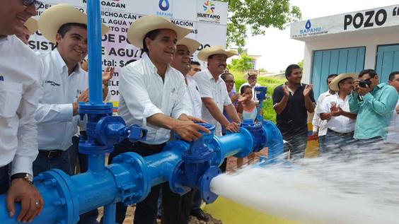 Atiende Silvano Aureoles demanda histórica de abasto de agua potable en Huetamo