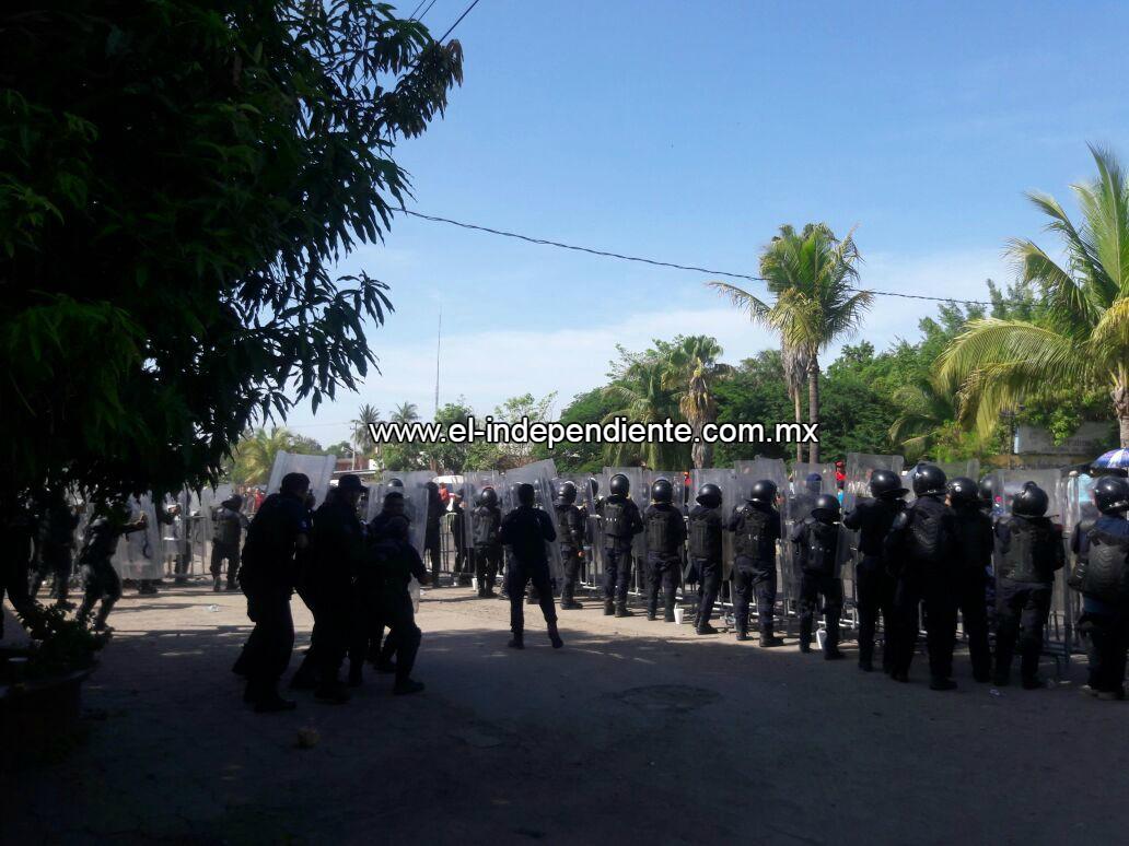 Maestros de la CNTE agreden a policías en Lázaro Cárdenas.