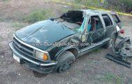 Muere una niña y sus familiares quedan heridos en volcadura de camioneta