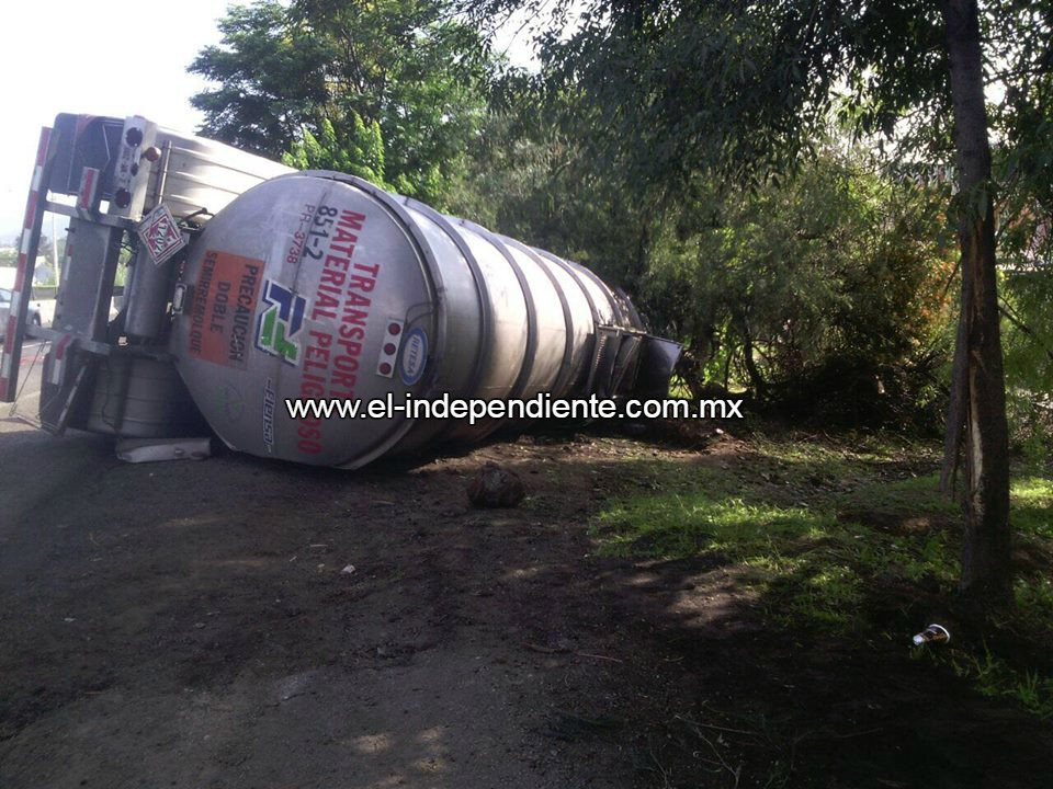 Vuelca un contenedor de un camión que trasladaba diésel