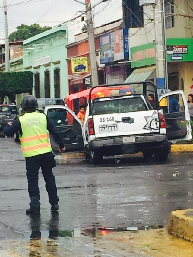Policías de Zamora se pasan un alto y provocan accidente